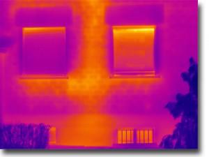 Thermografiebild: Wärmeverluste durch ungedämmte Heizungsleitungen im Gebäude
