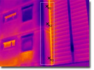 Thermografiebild: Ungedämmter Fassadenteil innerhalb der Markierung